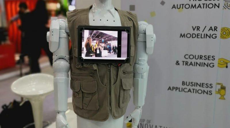 اول روبوت بأيدي امارتية في معرض جيتكس